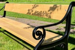 Gi en parkbenk til glede for pasienter og besøkende
